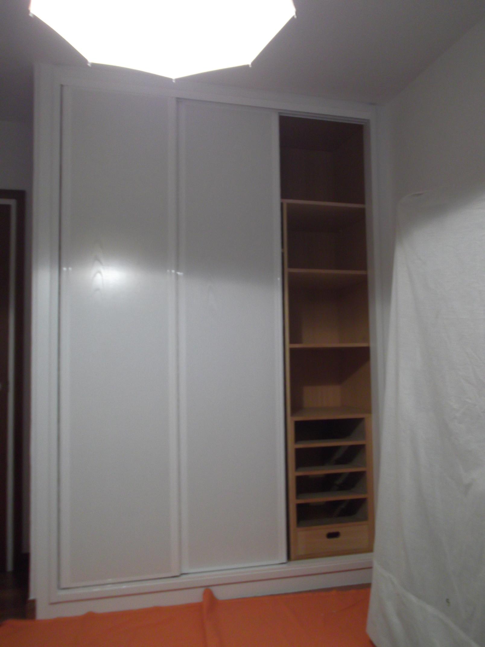 armario-blanco-abierto-carpinteria-zaballa-sondika