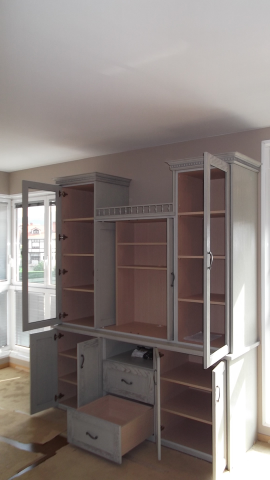 armario-gris-salon-abierto-carpinteria-zaballa-sondika