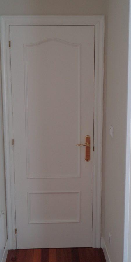 puerta-madera-capilla-blanca